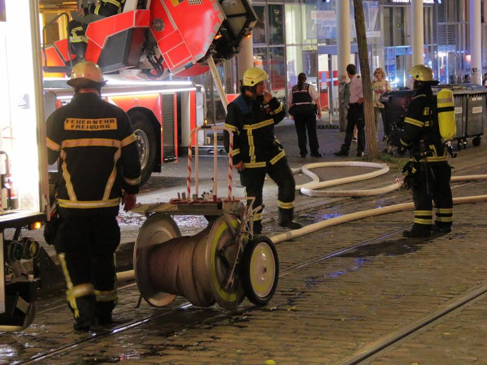 Gegen 22 Uhr war das Feuer gelöscht.  | Foto: Konstantin Görlich