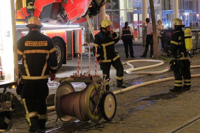 Feuerwehr löscht Brand auf dem Dach des Theater Freiburg