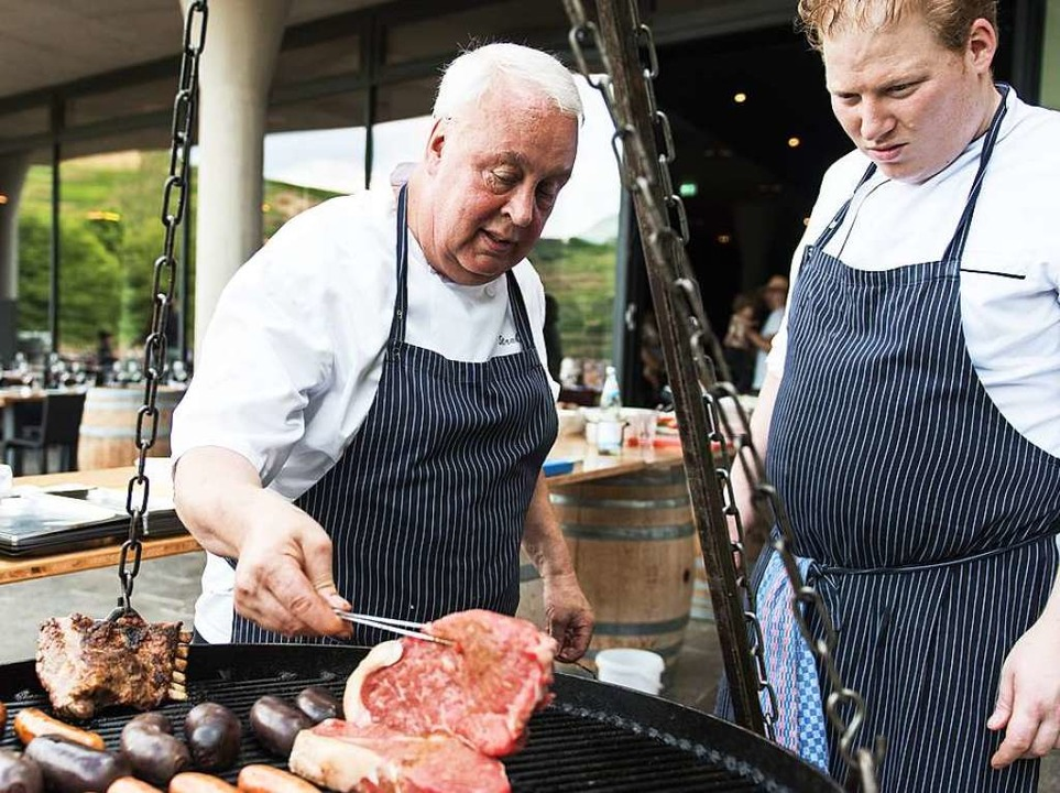 Anibal Strubinger und Sebastian Heil servieren Erstklassiges vom Grill  | Foto: Patrick Seeger