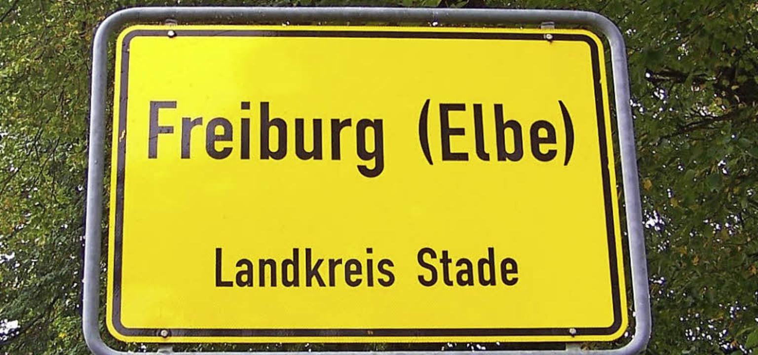 Der Zusatz auf dem Ortsschild verät es...rg liegt an der Elbe in Niedersachsen.  | Foto: Hans Sigmund