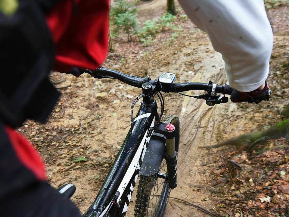 Mountainbiker lieben schmale Waldpfade.    Foto: dpa