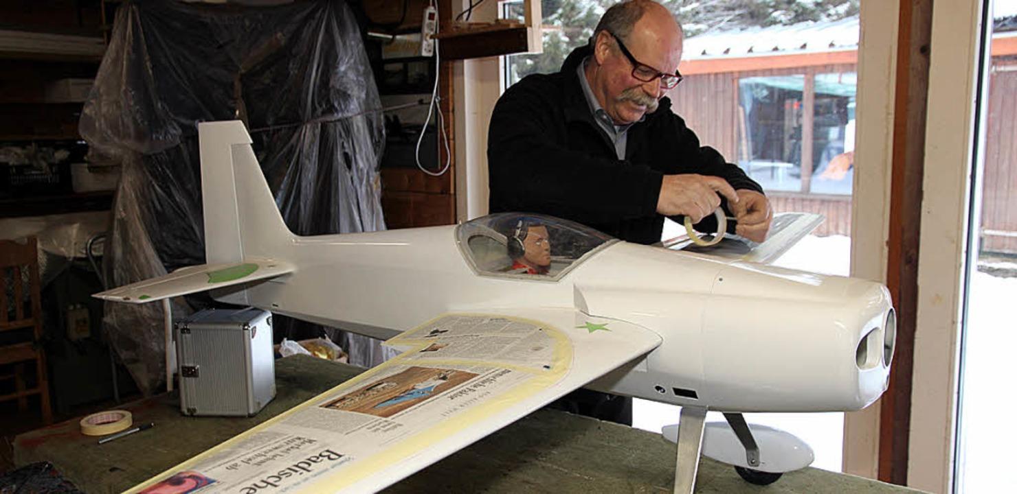 Modellfliegerbauer Ralf Grünsteidl bei Abklebearbeiten vor dem Lackieren.  | Foto: Eva Korinth