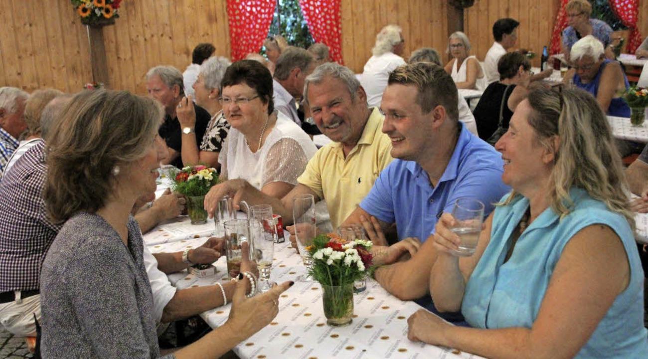 Trotz der zahlreichen Besucher: Hektik...ellt und versorgten die Gäste bestens.  | Foto: Reinhard Cremer