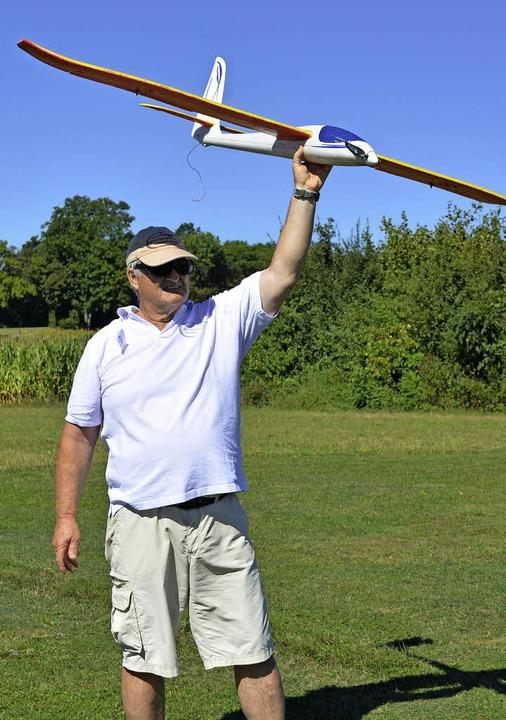 Startklar: Franz Baier gibt dem Flugze...m er es mit Anlauf in die Luft wirft.   | Foto: Mehren