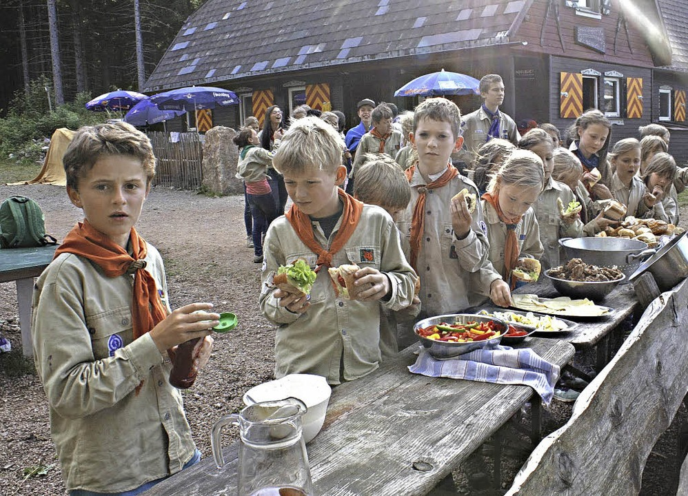 Teamarbeit war bei der Zubereitung der Mahlzeiten gefragt.  | Foto: Lukas Heitz