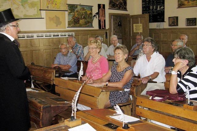 Pensionäre drücken die Schulbank