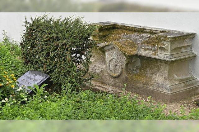 Ein Ehrengrab gibt wegen eines fehlenden Grabmals Rätsel auf