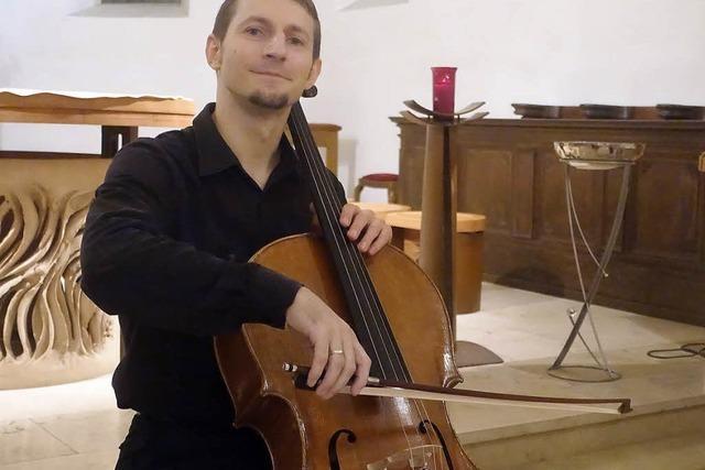 Cyprian Kohut bietet einen Hochseilakt auf dem Cello