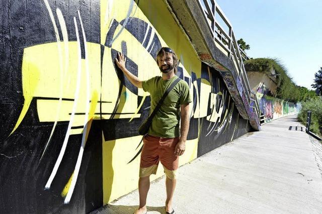 Andreas Ernst setzt seine Graffiti am Dreisamufer in Szene