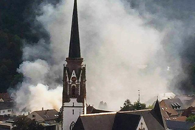 Feuerwehr löscht Dachstuhlbrand in Schönau – Haus einsturzgefährdet