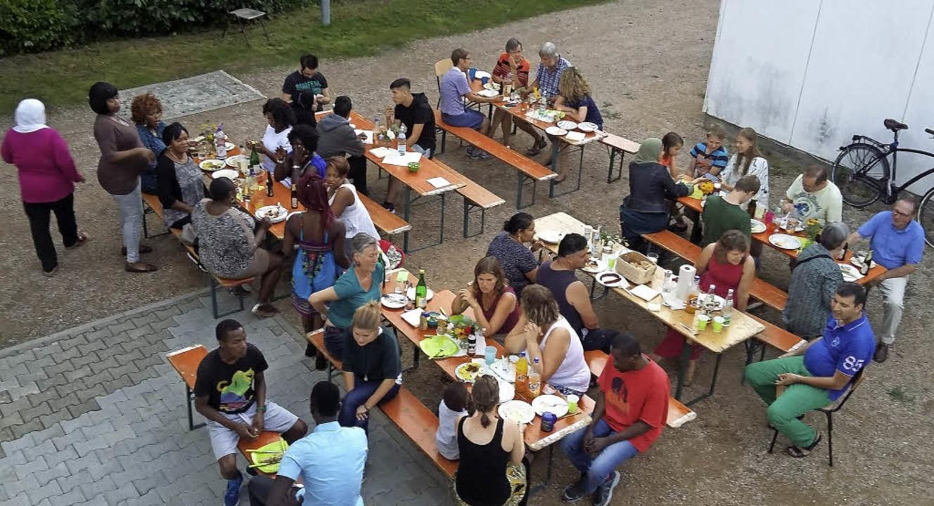 Allerhand Leckeres zu essen und einige...e neben deren Unterkünften  geboten.    | Foto: Privat