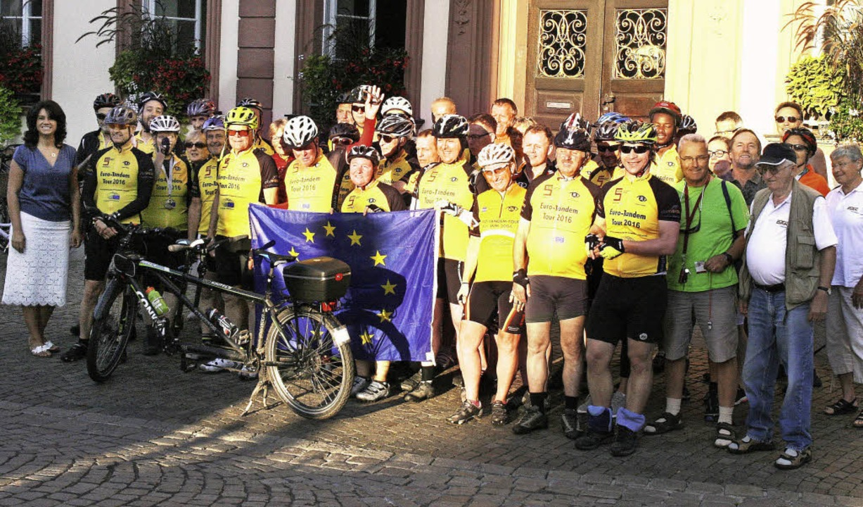 Vor dem Aufbruch nach Colmar gab es am...ppenbild vor dem Offenburger Rathaus.   | Foto: Stadt Offenburg