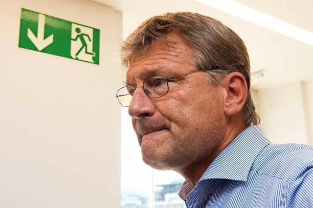 AfD-Chef Jörg Meuthen mit tiefgefrorener Torte beworfen