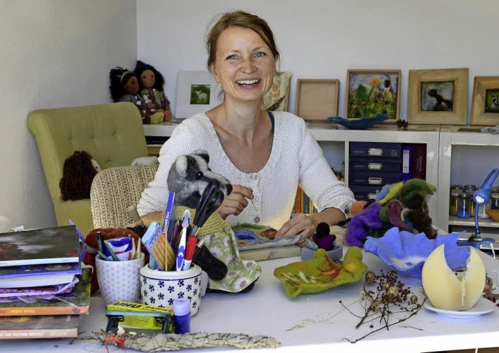 Farbenfroh sind die Werke, die Helga Ritthaler aus Wolle und Filz schafft.   | Foto: Ingo Schneider
