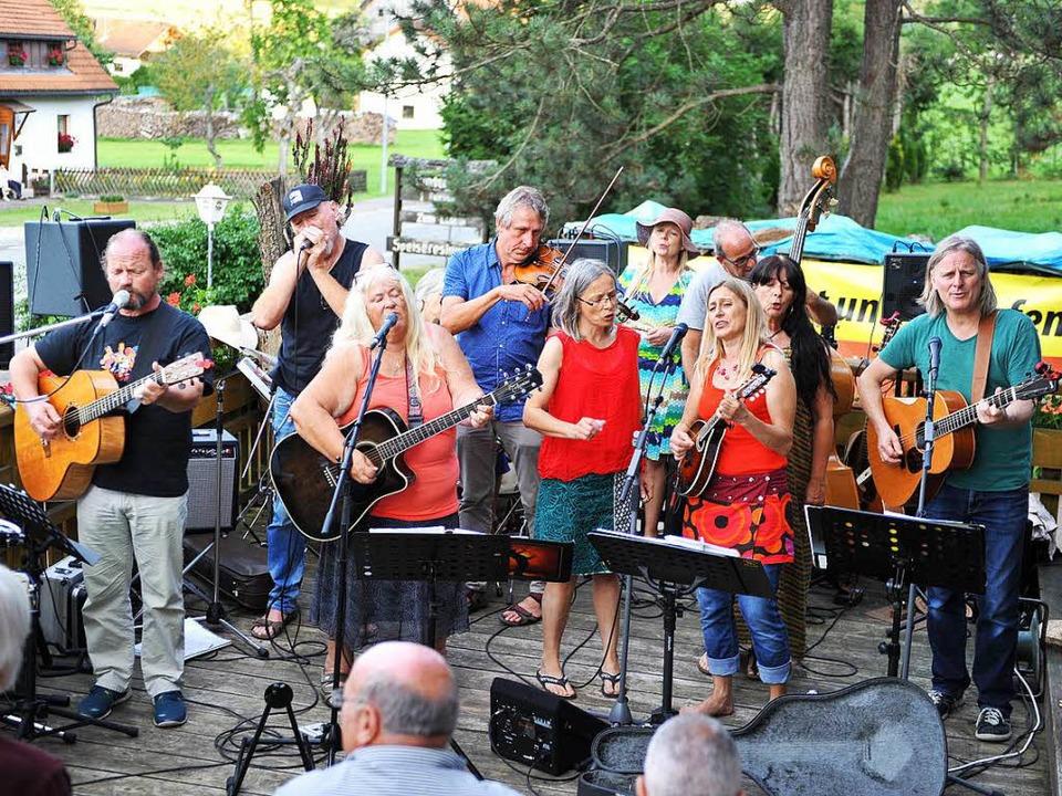 Forever Young - die Schlusshymne verkl...nny und Musikern vom Zaun in Ruditown.  | Foto: Wolfgang Scheu