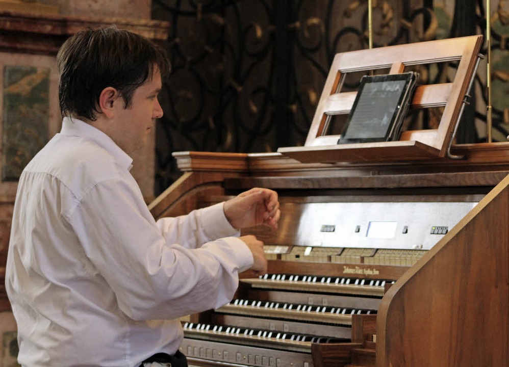Organist Andrew Dewar hatte in St. Pet...seinem mit Verve vorgetragenen Spiel.   | Foto: Erich Krieger