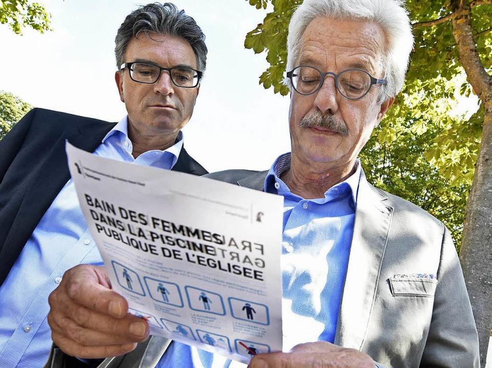 Wie machen andere das? Kommunalpolitik...eideck studieren Schweizer Baderegeln.  | Foto: Michael Bamberger