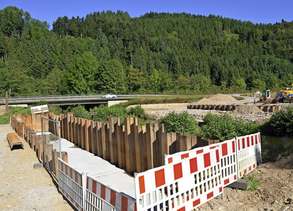 Alte Rammersbacher Brücke (hinten) und...ch früheren Wasserdurchfluss (rechts).  | Foto: Nikolaus Bayer