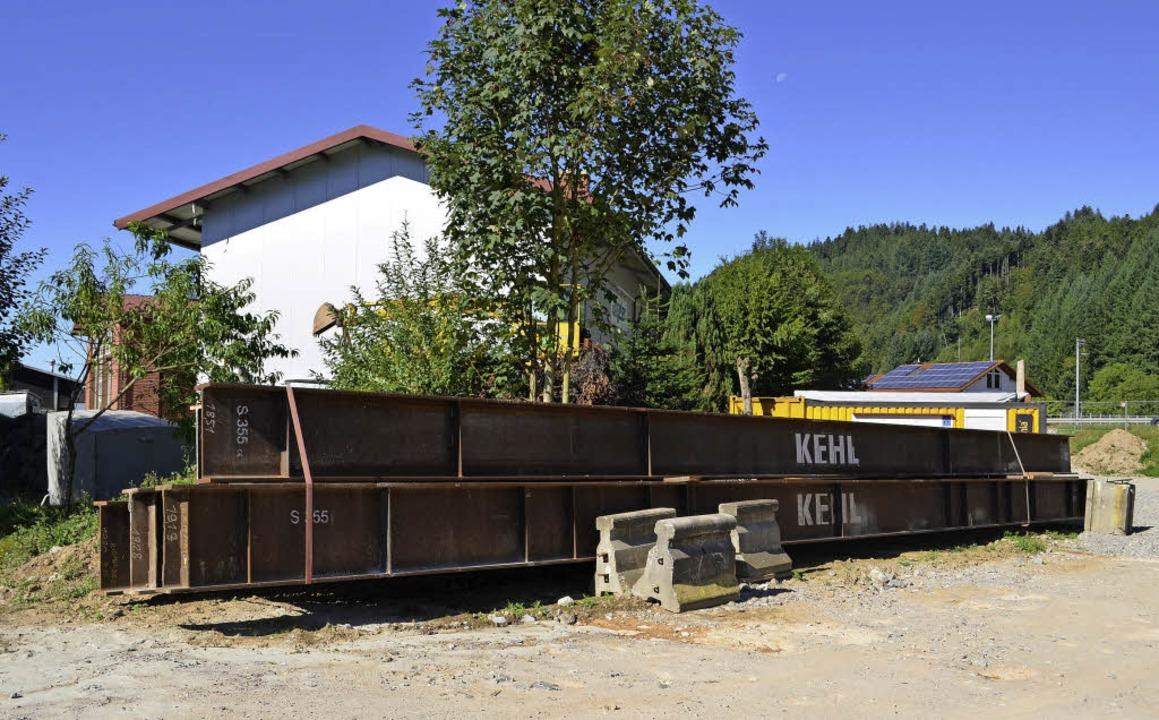 Stahlträger für das provisorische Gerü...cher Brücke aufbetoniert werden wird.   | Foto: Nikolaus Bayer