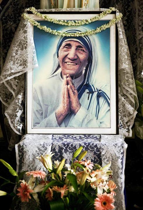 Strahlend, wie man sie kennt: Mutter T...em Foto vor dem Ordenshaus in Kalkutta  | Foto: Piyal Adhikary