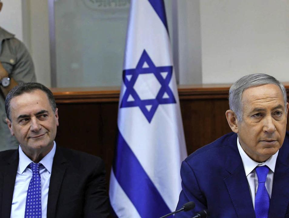 Genervt: Kabinettsrivalen  Katz (l.)  und  Netanjahu am Sonntag    | Foto: AFP