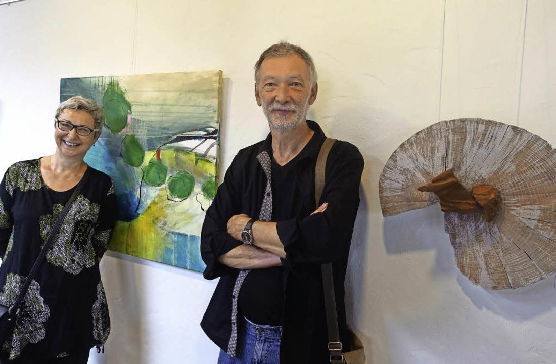 Antonie Latscha und Walti Huber vor zweien ihrer Werke     Foto: R. Frey