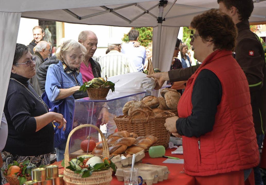 Das bunte Marktreiben lockt Händler und Besucher gleichermaßen.   | Foto: Gerigk/Privat