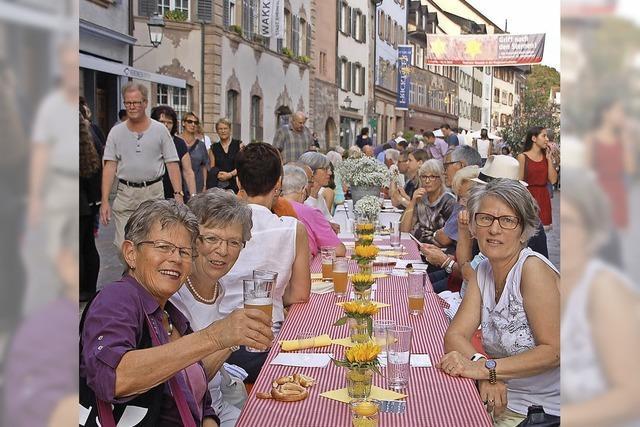 Viele strömen zum längsten Tisch Rheinfeldens