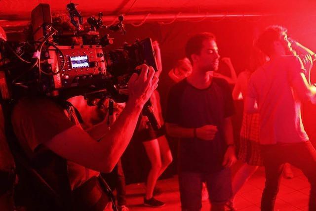 Dreharbeiten: 50 Laiendarsteller mimen Disco-Publikum