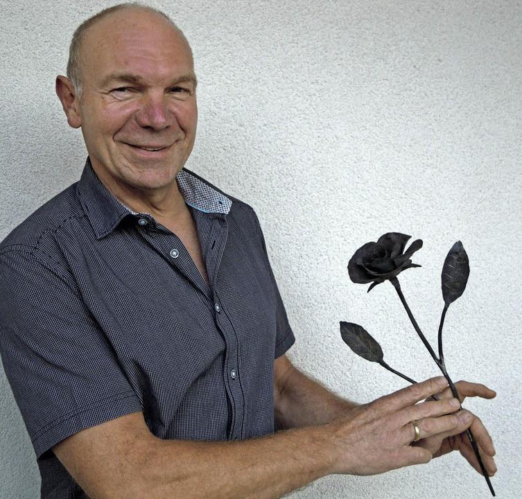 Die selbstgeschmiedeten Rosen sind ein...nft, sagt Vorsitzender Markus Dreyer.   | Foto: Jutta Rogge