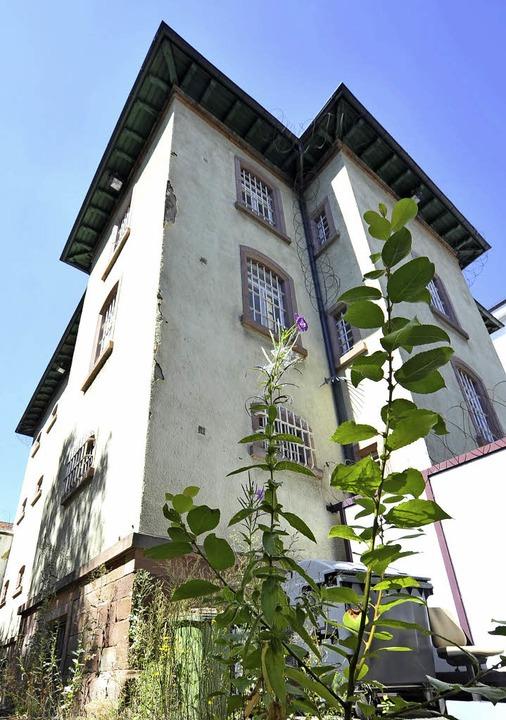 Kann weg: der alte Knast im Hof vom Amtsgericht  | Foto: Bamberger