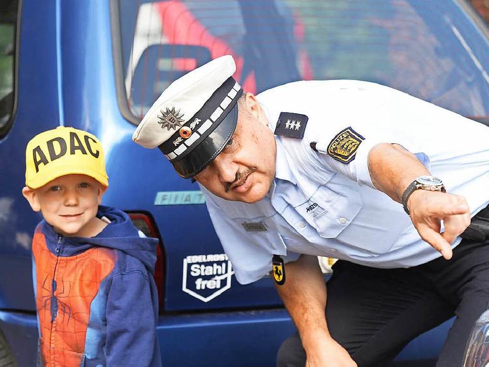 Ein Polizist übt mit  Kindern den Schulweg in Stuttgart.    Foto: dpa