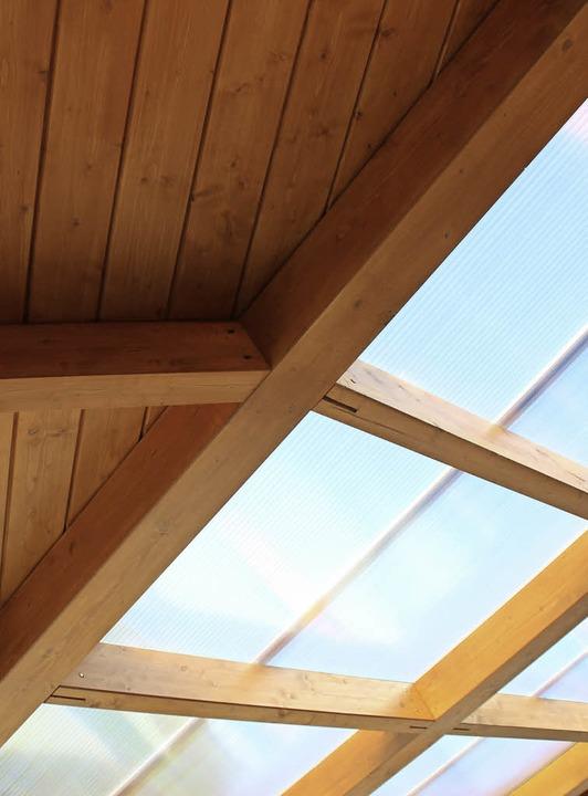 Im Dach wechseln sich Holz und Plexiglas ab, so wird es hell im Unterstand.  | Foto: Rolf Reißmann