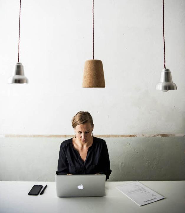 Seit fünf Jahren hat die Schriftstelle...rina Finke keine eigene Wohnung mehr.   | Foto: Sophia Kembowski/dpa