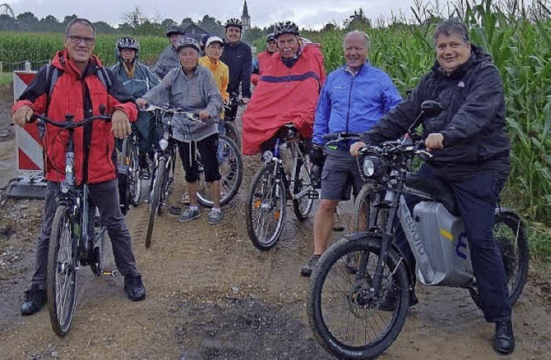 Die Teilnehmer der CDU-Radtour, darunt... machen sich vom Wasserpark ein Bild.   | Foto: Privat