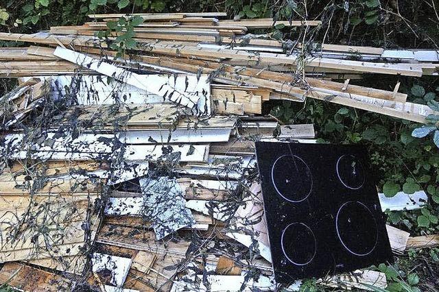 Hausmüll, Holz und Herd illegal im Wald entsorgt