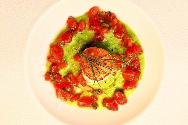 Ein Bett für die Jakobsmuschel aus Erbsen und Tomatenvinaigrette