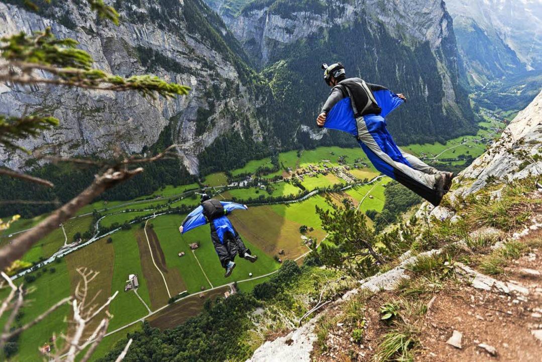 Jeder Fehler kann tödlich sein: Basejumper über Lauterbrunnen    Foto: Gaetan Bally