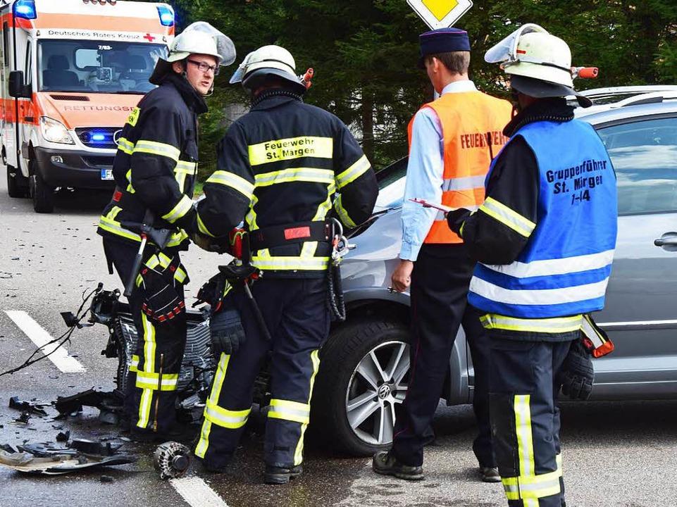 Feuerwehrleute aus  St. Märgen am Unfallwagen.  | Foto: M. Ganz