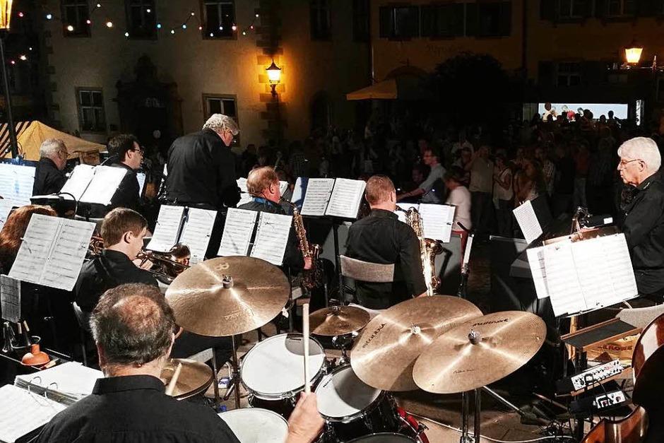 Tausende von Besuchern drängten sich am Freitagabend bei der elften Lichternacht in der Endinger Altstadt. Auf dem nördlichen Marktplatz sorgte die Big Band Music Corporation für satten Bläsersound. (Foto: Martin Wendel)