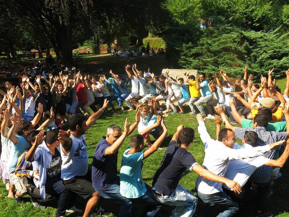 Weltrekord in Emmendingen: Lebendes So...Erwachsenen und 4 Kindern in der Mitte  | Foto: Georg Voß
