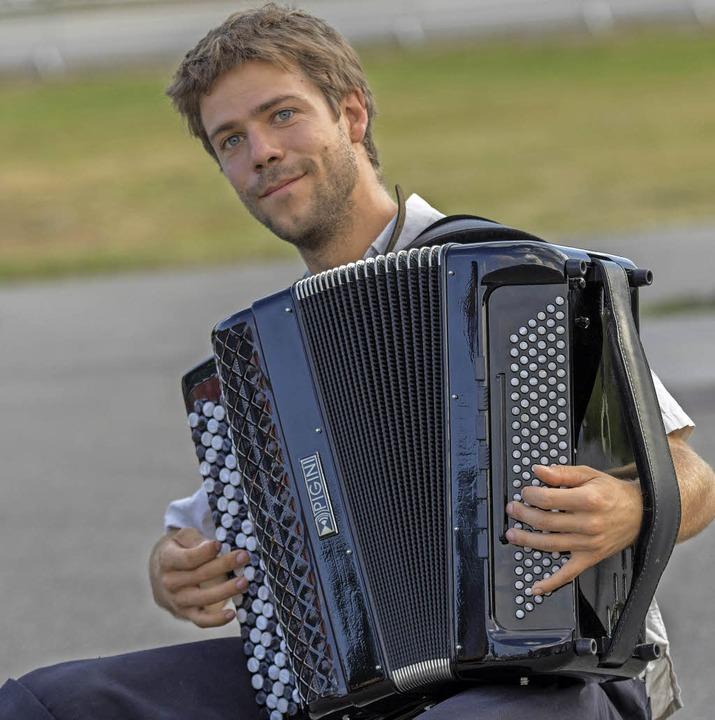 Arnaud Duvoux erfreute die Besucher mi...seinem italienischen Pigini-Akkordeon.  | Foto: Christiane Seifried