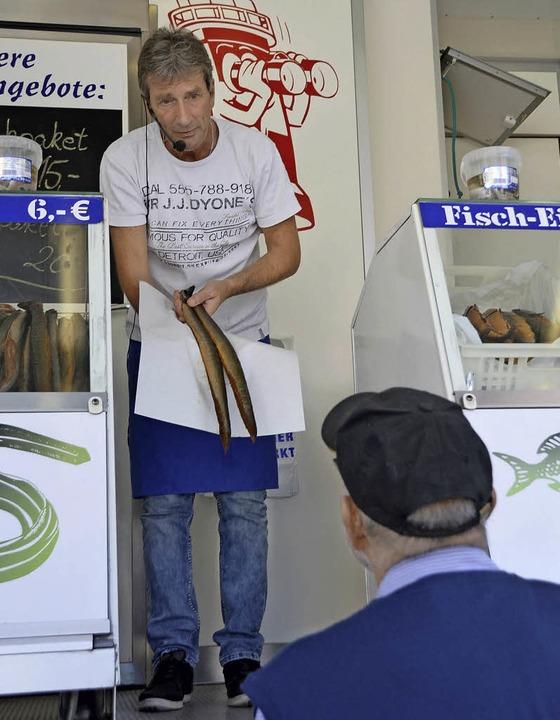 Aal, Aal und noch mehr Aal ging beim Fischmarkt über die Theke.  | Foto: Horatio Gollin