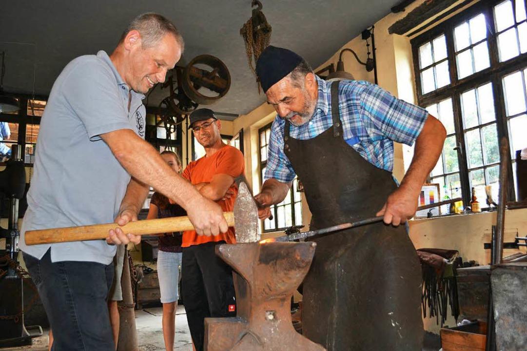 Schmiedehandwerk wurde den Besuchern in der alten Mambacher Schmiede vorgeführt    Foto: Paul Berger