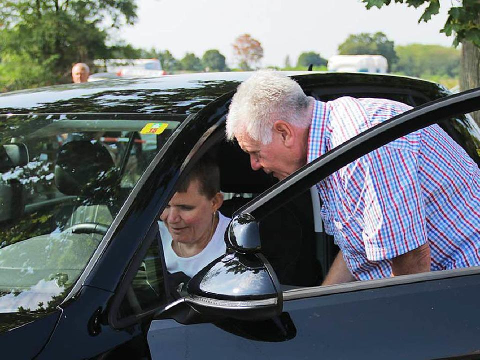 Bernhard Pfaff erklärt Viktoria Tiselj die Handhabung des Wagens.  | Foto: Konstantin Görlich