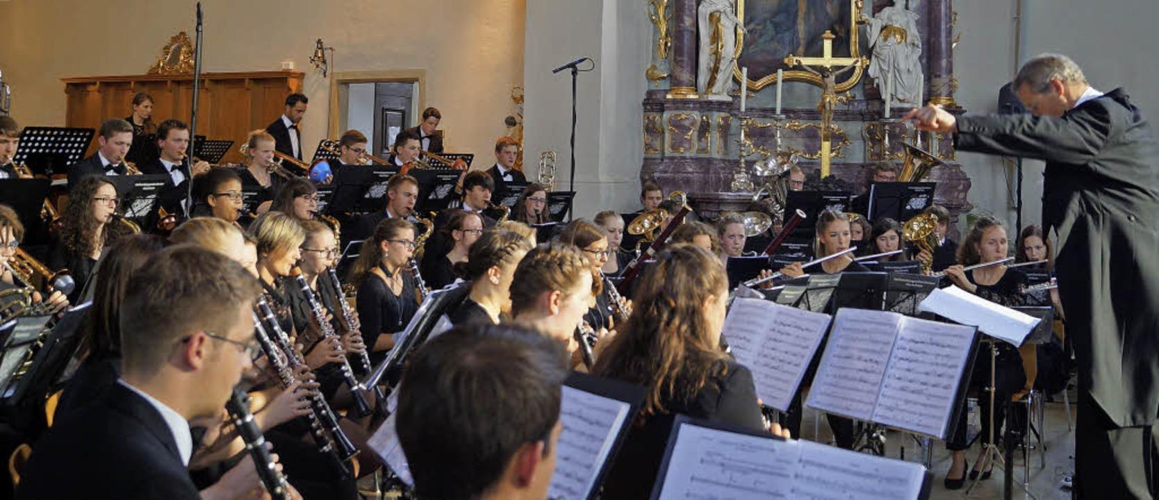 Das Verbandsjugendorchester Hochrhein mit seinem Dirigenten Julian Gibbons  | Foto: Silke Hartenstein