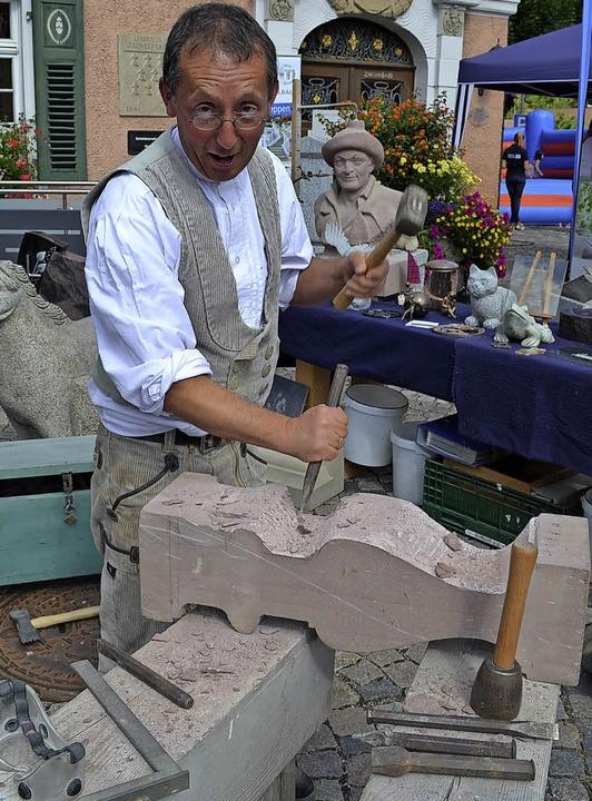 Steinmetz- und Bildhauermeister Werner Grüninger im Einsatz  | Foto: Liane Schilling