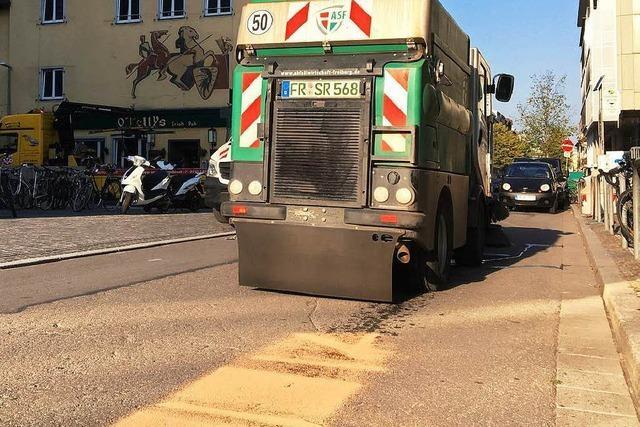 Sauber: Stadtreinigung verölt Freiburgs Altstadt
