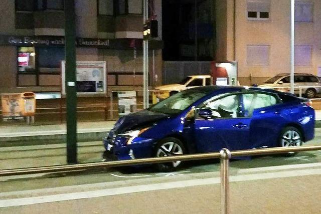 Autofahrerin überfährt Rotlicht und crasht in Tramhaltestelle