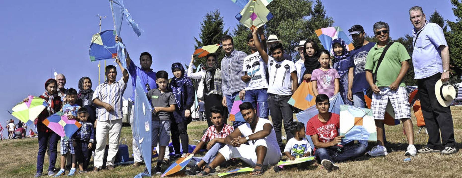 Flüchtlinge und Helfer des Vereins Ref...beim Familientag in Hütten mit dabei.   | Foto: Bernhard Egger